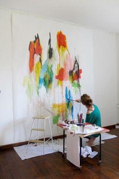 Een super creatief en gedurfd idee: schilder een aquarel op de muur! Een leuke DIY waarin je kunt variëren met kleuren en vormen in het interieur.