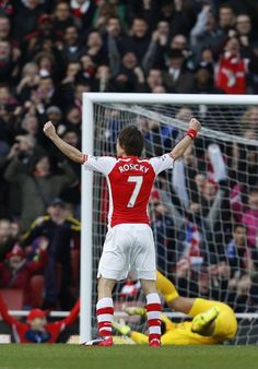 Arsenal's Tomas Rosicky celebrates after scoring during the Premier League match against Everton at Emirates stadium on March 1, 2015 (AFP Photo/Justin Tallis)