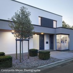 Eingangsbereich Modern Buildings, Beautiful Buildings, Beautiful Homes, Contemporary Architecture, Architecture Design, Bungalow Extensions, Property Design, Exterior Remodel, House Entrance
