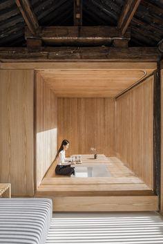 El estudio pekinés Archstudio ha renovado una residencia tipo Siheyuan, una vivienda tradicional china organizada alrededor de un patio. Estas casas en grupo, con baños comunitarios y separadas por callejones estrechos, formaban los...
