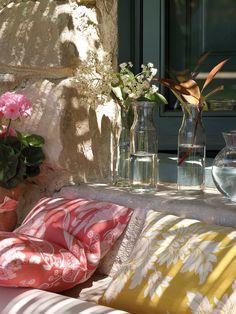 Una repisa en flor  Decórala con pequeñas ramas y flores que recojas en el jardín. En lugar de jarrones, utiliza botes y botellas de cristal...