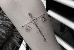 Chica con un tatuaje del signo de libra en su brazo