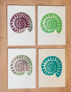 Tarjetas de felicitación de Navidad - Tarjetas postales - (Set de 4) - Hechas a mano - Linograbado de fósil ammonites. de RainTreePrintmaking en Etsy