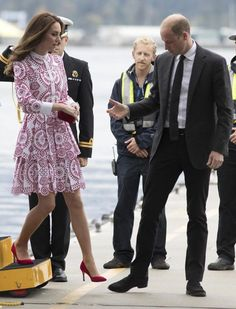 Catherine, Duchess of Cambridge and Prince William, Duke of Cambridge arrive at the Vancouver Harbour Flight Centre by seaplane to meet dignitaries on September 2016 in Vancouver, Canada. Kate Middleton Outfits, Kate Middleton Blog, Looks Kate Middleton, Princess Kate Middleton, Kate Middleton Prince William, Prince William And Kate, London Stil, Principe William Y Kate, Kate And Meghan
