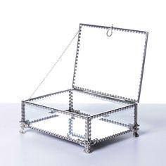 Em vidro espelhado e acabamento em metal silver, a Caixa Ibiza organiza de maneira divertida e prática as jóias, semi-joias, bijouterias entre outros. Com bela aparência para decorar seu quarto e até mesmo a sala de estar quando em uma mesa de centro ou lateral. #CaixaDecorativa #LojaSoulHome