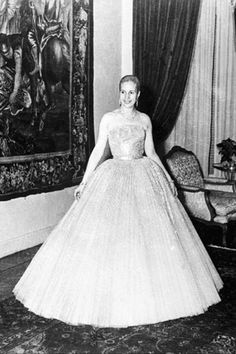 Eva Perón in Dior. Her most iconic image due to the incongruous image portrayed by the Lloyd-Weber & Rice musical of Evita in full evening dress on the balcony of the Casa Rosada (something Eva would never have actually contemplated). Christian Dior, Quinceanera Dresses, Pink Flower Girl Dresses, Girls Dresses, Summer Dresses, Turkish Wedding Dress, Vintage Outfits, Vintage Fashion, Vintage Gowns