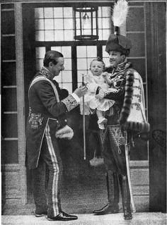S.M. el Rey don Alfonso XIII con S.A.R. el Infante don Jaime y el Mayordomo y Caballerizo Mayor del Palacio Real, don José de Saavedra y Salamanca, Marqués de Viana.