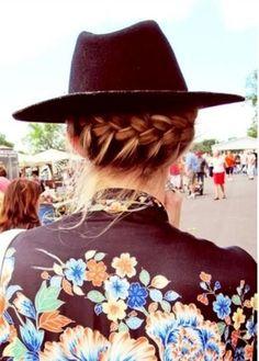 後ろから覗く編み込みがかわいい。 ちょっと後れ毛を残しながら編んでいくのがポイントです。