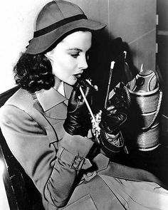 Viviane-leigh-applying-lipstick-waterloo-bridge.jpg (471×589)