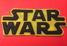 Scritta Star Wars in pasta di zucchero ideale per decorare torte. Misura 18 cm di larghezza per 8 cm di altezza. Nelle ultime foto cè un suggerimento per lutilizzo su di una torta a piani. In questo negozio trovate anche altre decorazioni a tema star Wars per realizzare una torta