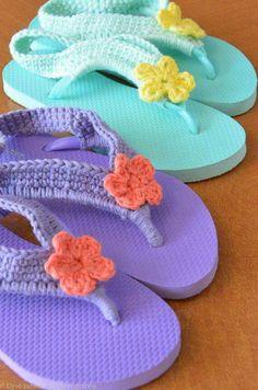 Flower Child Flip Flops Crocheted Plastic Flip by SpoolsInLove - no pattern but shouldn't be hard to figure out. Crochet Sandals, Crochet Boots, Crochet Slippers, Crochet Clothes, Crochet Baby, Knit Crochet, Knitting Projects, Crochet Projects, Knitting Patterns