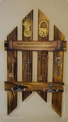 Три ключницы. Изготовлены из деревянных реек с обжигом и брашировкой. .  фото 3