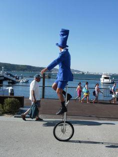 Que comece o passeio em tons de azul! www.trupilariante.com  trupilariante@trupilariante.com https://www.facebook.com/TrupilarianteCompanhiaDeTeatroCirco?ref=hl