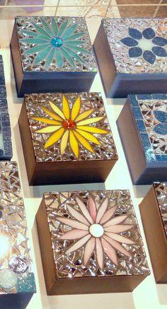 Mosaic on wooden box lids Mosaic Tray, Mosaic Tile Art, Mosaic Glass, Mosaics, Tile Crafts, Mosaic Crafts, Mosaic Projects, Mosaic Flower Pots, Mosaic Garden