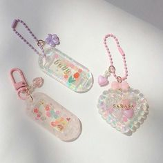 Diy Resin Charms, Resin Crafts, Diy Resin Pins, Uv Resin, Resin Art, Resin Jewelry, Beaded Jewelry, Cute Keychain, Keychains