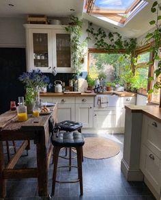 Kitchen Interior, Kitchen Decor, Dream Home Design, Sweet Home Design, Green Kitchen, Kitchen With Plants, Küchen Design, House Rooms, Home Decor Inspiration