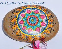 Galet peint à la main - Mandala vert, rose et orange / Hand painted pebble - Mandala green, pink and orange - Modifier une fiche produit - Etsy