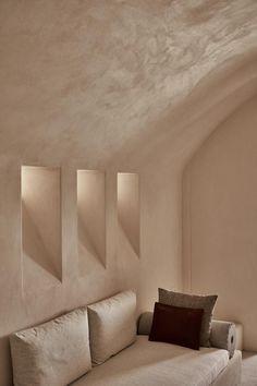 decordemon: Istoria Hotel on Santorini island Cafe Interior, Interior And Exterior, Retail Interior, Santorini House, Santorini Island, Santorini Greece, Home Design, Architecture Design, Stucco Walls