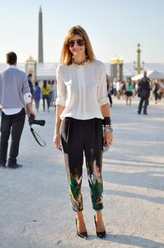 This is how you wear printed pants. Street Style Blog, Street Chic, Paris Street, Cool Winter, Nouveau Look, Printed Trousers, Cropped Trousers, Neue Trends, Daily Fashion