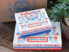 商品の可愛さもさることながら、パッケージにも注目したい ステカ&モジョル。ポーランドやチェコなど、東欧の伝統模様 のようなパッケージが何とも良い雰囲気。