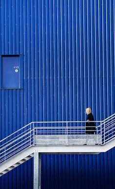 Valerie Kaczynski - fashion architecture photography blue stairs blonde woman minimal geometrical graphic