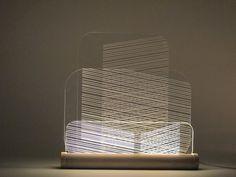 Cette lampe est conçue pour obtenir des variations d'ambiances lumineuses dans un jeu qui allie la forme, la contre-forme et la direction de la lumière.