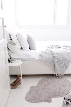 {All white bedroom. Modern Home Interior Design, Minimalist Interior, Minimalist Bedroom, White Rooms, White Bedroom, Ideas Prácticas, White Decor, New Room, Beautiful Bedrooms