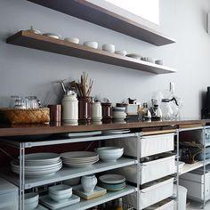 キッチンが散らかっているとお料理をするモチベーションも下がりますよね……。 とはいえ、物を減らすこともキッチンを広くすることも難しいし…収納上手なインスタグラマーのみなさんは台所収納をどうしているの?無印良品や100円ショップのアイテムを使った収納アイデアをご紹介いたします。