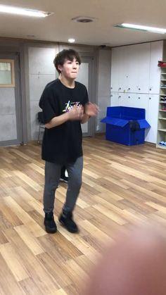 방탄소년단 on tik tok Bts Taehyung, Namjoon, Jungkook Dance, Bts Bangtan Boy, Bts Jimin, Bts Funny Videos, Bts Memes Hilarious, Foto Bts, Bts Dancing