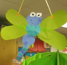 Dragonfly Craft-would be cute to do contact paper cut out in wings with assorted colors of tissue paper Preschool Projects, Classroom Crafts, Preschool Crafts, Crafts For Kids, Insect Crafts, Bug Crafts, Spring Theme, Spring Art, Spring Activities