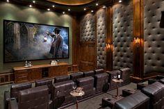 Graue Wand Paneele mit Polster in Kombination mit grauen Ledersesseln in einem Saal