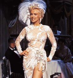 Marilyn Monroe https://49.media.tumblr.com/275861c0880f8a56c3cf76cb84d75f3f/tumblr_nhk5kbSX991qe6q4xo1_500.gif