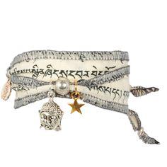 Wunscharmband Buddha Weiss Wunscharmband aus original tibetischen Gebetsfahnen     UNIKAT aufgedruckte Buddhistische Symbole und Mantras aufwendig gearbeiteter Buddha-Kopf sowie vergoldeter und versilberter Stern Farbe Weiss - Element Luft Lieferung in einer umweltfreundlichen und originellen Verpackung Handmade by Anisch - Pieces for Peace