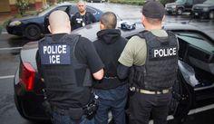 """Jurisdicciones que fueron acusadas de violar la política de inmigración de la administración Trump en """"santuarios & quot;  Defendieron su postura en una carta al Departamento de Justicia.  Aquí, una operación es conducida por la Agencia de Inmigración y Aduanas de los Estados Unidos (ICE, por sus siglas en inglés) dirigida a fugitivos de inmigración, reentrantes y extraterrestres criminales en Los Ángeles.  (Charles Reed / Inmigración y Aduanas de los Estados Unidos vía AP) (Associated…"""