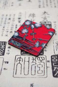 """dáma z orientu """"Taree"""" exkluzivní dřevěná brož s tradičním japonským papírem Chiyogami / Orient Lady """"Taree"""" - an exclusive wooden brooch decorated with traditional Japanese paper Chiyogami  www.fler.cz/clonka"""