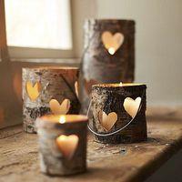 Velas e corazones en base de madera