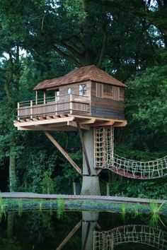 Hey, look at the awesome treehouse bridge! Hogerhuis | Boomhutten | Boomhut Keerbergen | Speeltoestel | Treehouse |