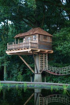 Hey, look at the awesome treehouse bridge! Hogerhuis | Boomhutten | Boomhut Keerbergen | Speeltoestel | Treehouse |