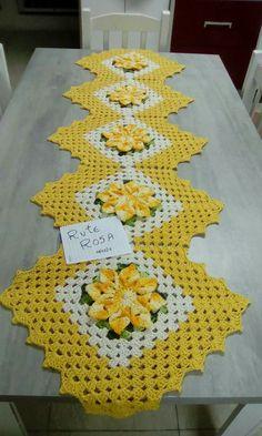 Crochet Table Runner Pattern, Crochet Tablecloth, Crochet Doilies, Chunky Crochet, Filet Crochet, Knitting Patterns, Crochet Patterns, Crochet Leaves, Rose Gift