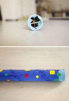 Steche der Spirale entlang Löcher in eine Papprolle ( Küchenpapier). Dann führe Zahnstocher ein, bis sie auf der anderen Seite wieder rauskommen und fixiere sie...