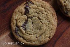 Skønne store cookies (ca. 10 cm. i diameter) med grove stykker af hvid og mørk chokolade. Sprøde udenpå og seje indeni :-) Hvis du vil have en helt sprød cookie, bager du dem bare et par minutter m…