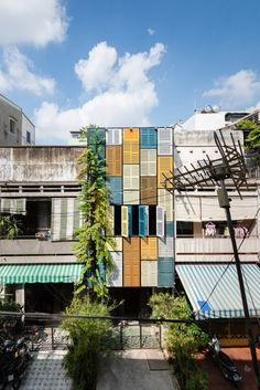 Facade of colourful shutters allows light and wind into Block Architects' Vegan House Flip Architecture Design, Facade Design, Contemporary Architecture, House Design, Narrow House, Ho Chi Minh City, Modern Exterior, Facades, Terrace