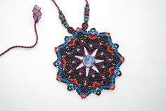 Mandala Sodalita Necklace. Macrame boho gemstone Macrame Purse, Macrame Art, Macrame Necklace, Micro Macrame, Crochet Necklace, Boho, Art Tutorials, Diy And Crafts, Hand Weaving