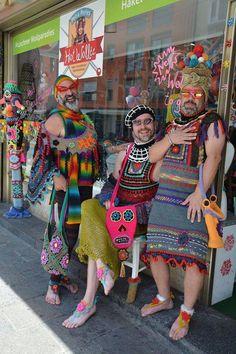 Photographer unknown / mannen in gehaakte kledij