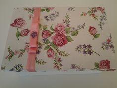 Caixa branca com decoupage de mini rosas na tampa e laço chanel. Ideal para lembrancinha. Preço especial nas compras acima de 20 unidades.