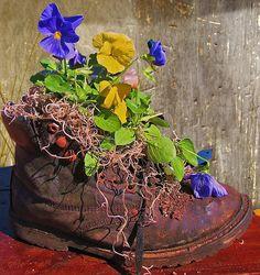 Suzy Homefaker: CREATIVE RECYCLED PLANTER Garden Art, Lawn And Garden, Garden Junk, Garden Crafts, Dream Garden, Garden Ideas, Recycled Planters, Recycled Garden, Garden Planters