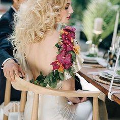 Belíssimo back corsage!  Uma linda inspiração para noivas que queiram sair um pouco do tradicional com esse elegante acessório.  {via @brownpaperdesign Instagram} #armazeminspira