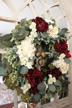 Traditional Rustic Christmas Decor Christmas Gift Guide, Christmas And New Year, Winter Christmas, Christmas Ideas, Christmas Tablescapes, Christmas Mantels, Rustic Christmas, Tree Decorations, Christmas Decorations