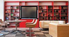 A parede da biblioteca se atualiza com esta estante de madeira revestida com laminado vermelho. Desenhada por Betty Birger, ela foi exposta no evento Casa Office 2008.