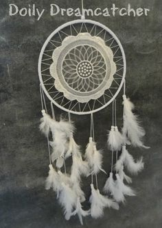 Dreamcatchers are said to act as dream filters, allowing only good dreams to reach the sleeper! Try making this easy crochet dreamcatcher and put it to the test! Crochet Wall Art, Crochet Home, Easy Crochet, Crochet Things, Crochet Crafts, Crochet Dreamcatcher Pattern Free, Crochet Feather, Glue Crafts, Yarn Crafts